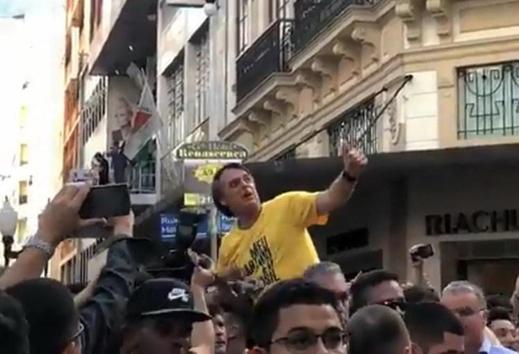 Jair Bolsonaro no momento em que foi esfaqueado