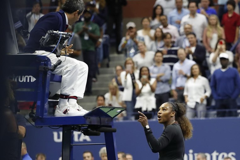 Serena Williams discute com árbitro português Carlos Ramos na final do US Open