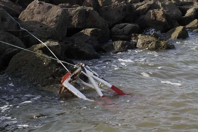 Farolim que estava no molhe foi arrastado pelo mar na sequência do temporal do inverno passado