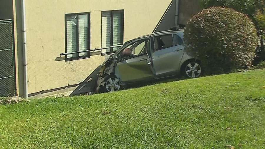 Carro despista-se contra prédio e mata homem de 80 anos no Porto