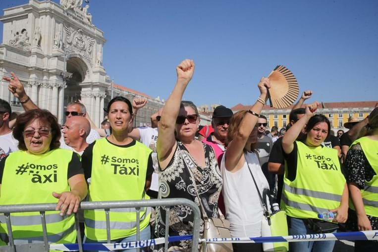 Taxistas durante a marcha até à Praça do Comércio