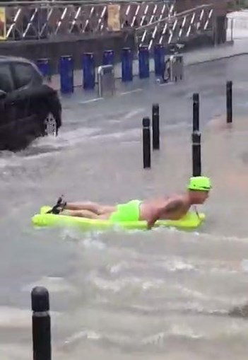 Turistas a deslizar pelas ruas inundadas de Benidorm