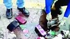 Carteiras roubadas entopem esgoto