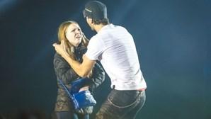 Enrique Iglesias beija fã em concerto