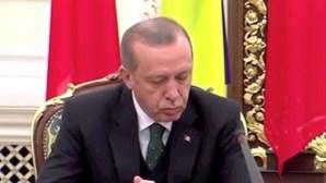Presidente turco adormece durante conferência com presidente moldavo