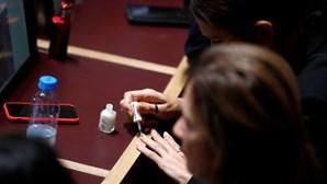 Reuters apanha Isabel Moreira a pintar as unhas no Parlamento
