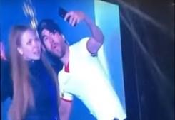 Enrique Iglesias beija fã em concerto na Ucrânia