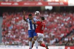 Soares e Rúben Dias disputam a bola no Benfica - FC Porto