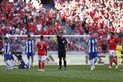 Grimaldo vê cartão amarelo no Benfica - FC Porto