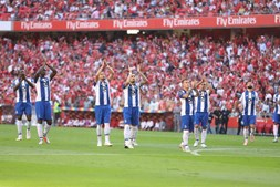 Jogadores do FC Porto saúdam adeptos antes do início do jogo com o Benfica