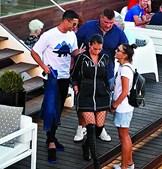 Cristiano Ronaldo acompanhado por Georgina Rodríguez e seguido pelo seu guarda-costas, Gonçalo Salgado, ontem no Sky Bar, em Lisboa