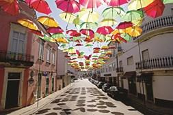 As ruas da localidade ficam coloridas em dias das festas da vila