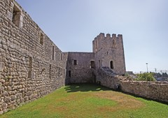 É possível observar parte do castelo de Soure