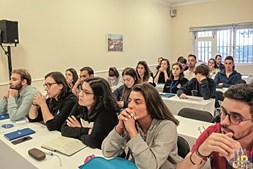 Membros da Juventude Popular com material promocional do município de Braga, num encontro em Viana do Castelo