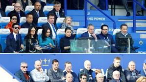 Vichai Srivaddhanaprabha com a família a assistir ao jogo do Leicester City com o West Ham, pouco antes da tragédia de helicóptero