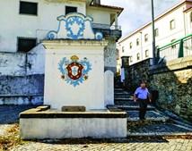 Fonte da vila mostra as armas de D. João V