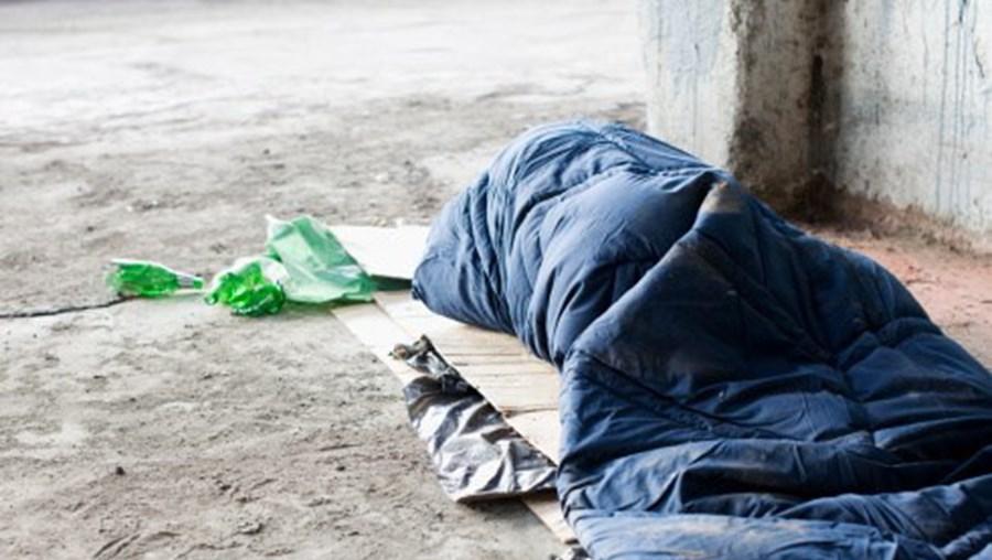Sem-abrigo a dormir na rua