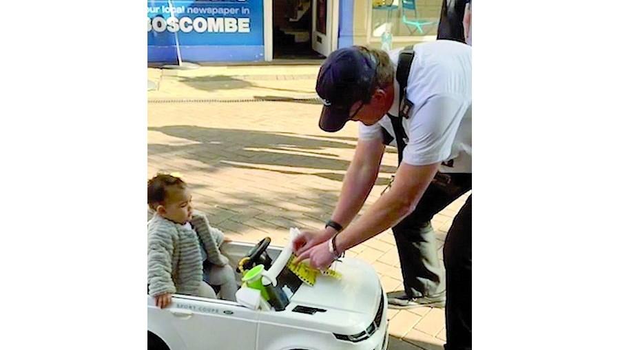 Criança 'multada' por polícia