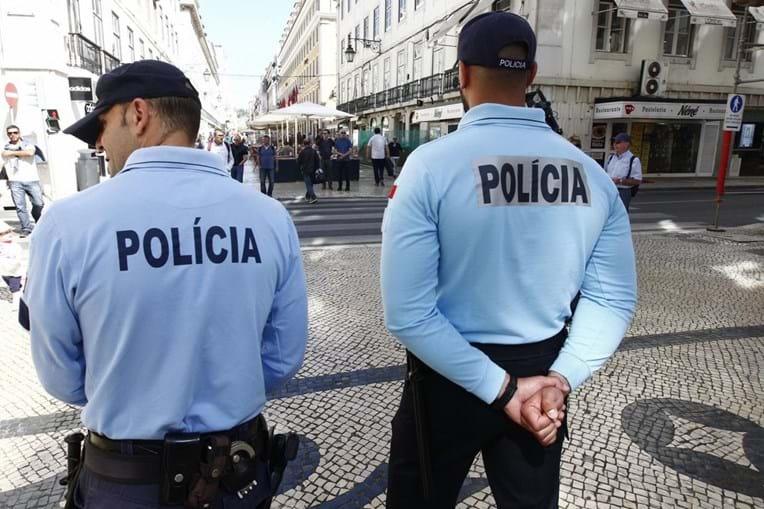 Polícias em ação de patrulha