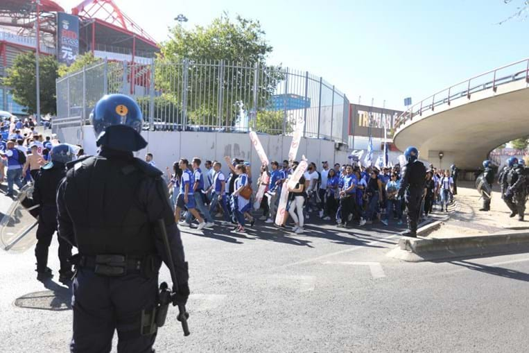 Claque do FC Porto chega ao Estádio da Luz para o clássico