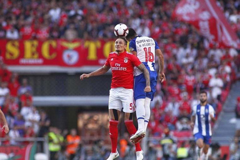 Fejsa e Herrera em duelo no Benfica - FC Porto