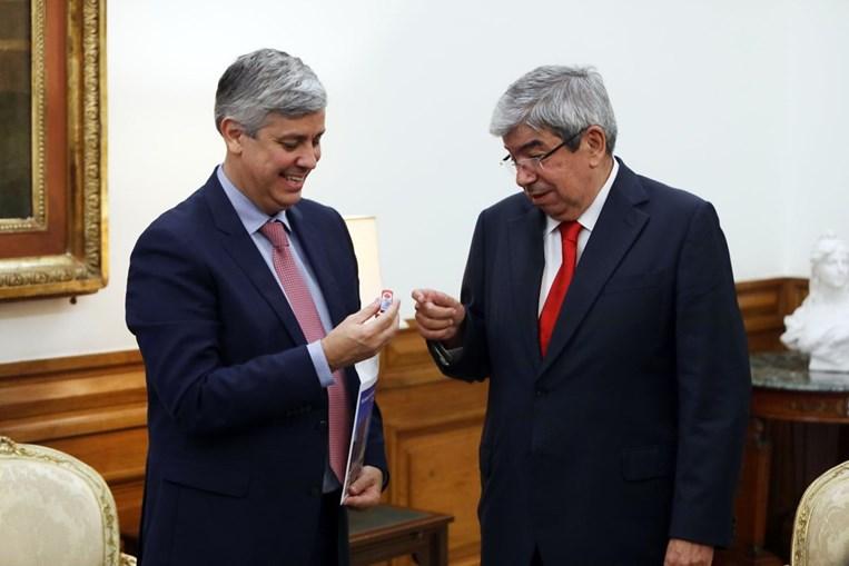 Centeno entrega pen com o Orçamento do Estado de 2019 a Ferro Rodrigues