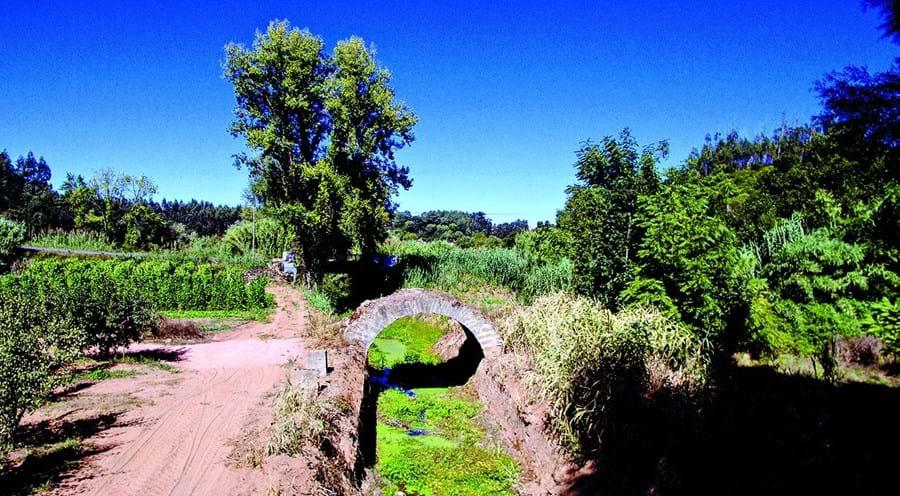 Ponte romana que separa duas freguesias