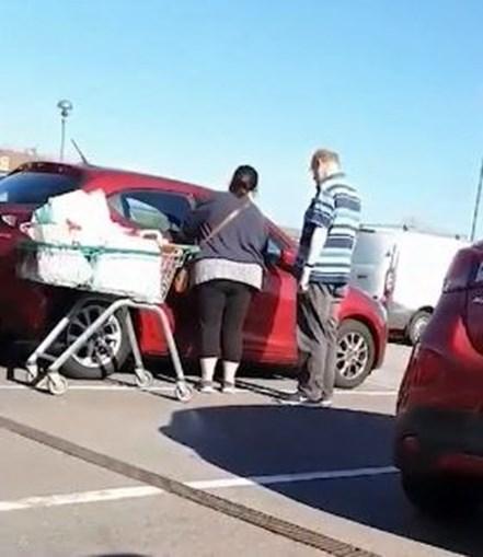 Casal distraído tenta entrar no carro errado