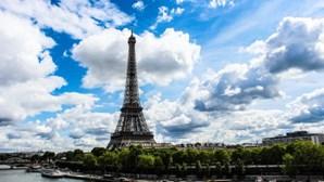 Ameaça de bomba obriga a evacuar Torre Eiffel em Paris