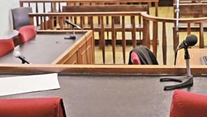 Menor raptado por causa da droga do pai conta agressões em tribunal
