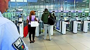 SEF detém cinco cidadãos estrangeiros com documentos falsos no aeroporto de Faro