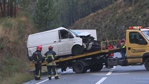 Homem morre em colisão de carrinha com camião
