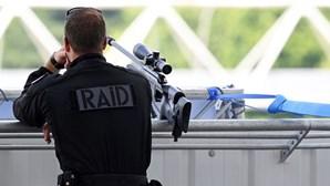 Quatro crianças entre os oito migrantes descobertos em camião frigorífico em França