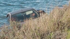 Homem despista-se de carro e cai à ria Formosa em Faro