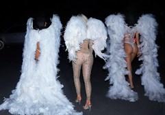 Irmãs brilham com peças sensuais e recriam desfile da Victoria's Secret