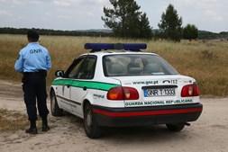 Militar da GNR junto ao carro patrulha