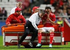 Jonas retirado de campo para ser assistido no Benfica - Ajax