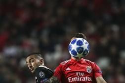 Grimaldo disputa a bola com Ziyech no Benfica - Ajax