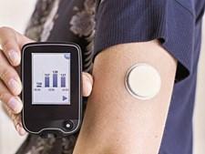 Kit inicial do medidor de glicemia inclui um leitor e dois sensores. O dispositivo evita cerca de seis picadas por dia