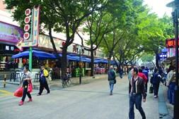 Os centros comerciais e as lojas de rua são atrações para quem gosta de compras