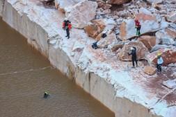 Derrocada em estrada que passava no meio de pedreiras faz dois mortos e três desaparecidos