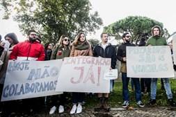 Trabalhadores precários juntaram-se frente à RTP para protestar contra as condições de trabalho