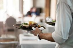 EMpregado de mesa em restaurante