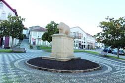 Centro da vila, com a escultura mais emblemática, a porca de Murça