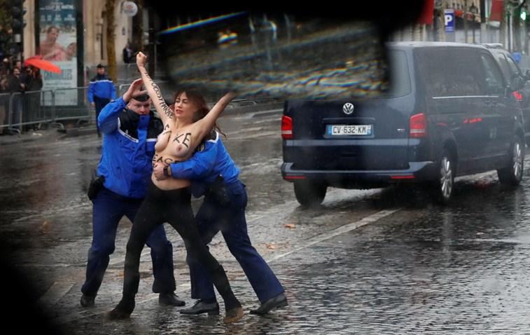 Mulheres em 'topless' tentam chegar ao carro de Donald Trump em Paris