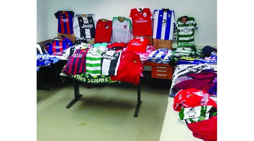 Grupo detido por posse de equipamentos contrafeitos de clubes de futebol 349c02d53a7cf