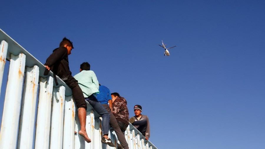 Primeira caravana de migrantes chega à fronteira com os EUA