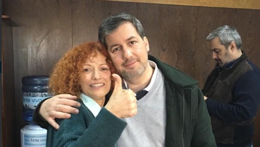 Bruno celebra com a irmã a libertação no processo de Alcochete. Fotografia tirada dentro do tribunal