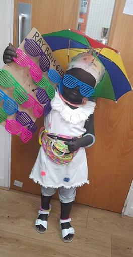 Acusada de racismo por mascarar filha de 'vendedor de óculos da praia' e pintá-la de preto