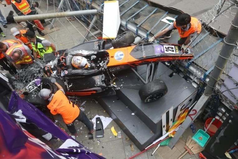 A piloto alemã Sophia Floersh no seu carro após o acidente em Macau